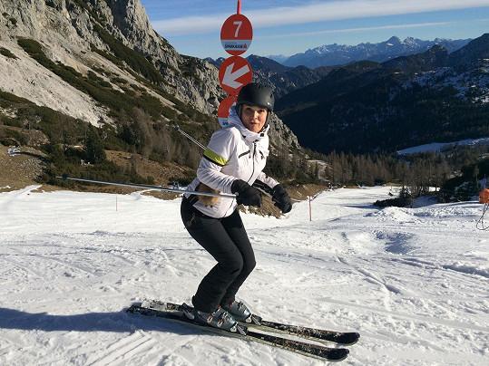 Je zdatná lyžařka.
