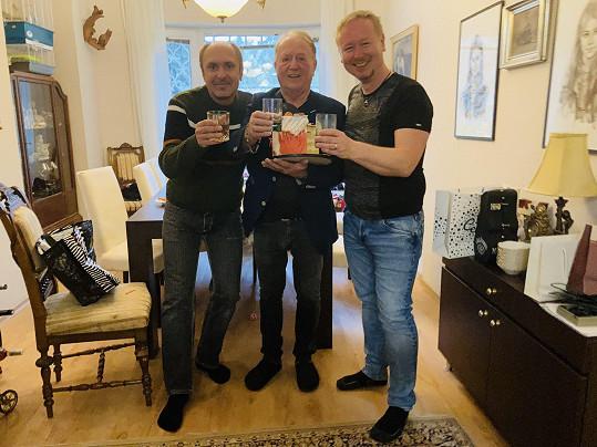 Petr Janda si připil s kolegy z kapely Olympic Martinem Vajglem a Pavlem Březinou (vpravo)