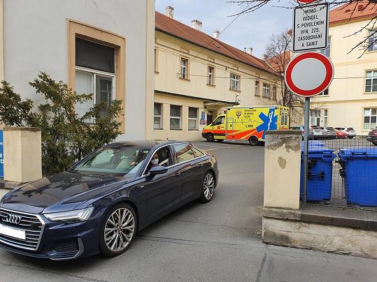 Svým vozem roušky rozvezla do Fakultní nemocnice Karlovo náměstí, Hospicu Štrasburk, Organizaci Rosa a do Ústřední vojenské nemocnice.