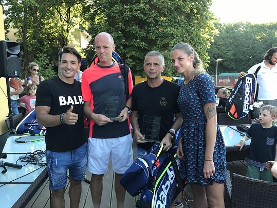 První místo nemohl získat nikdo jiný než kapitán ženské reprezentace Petr Pála s generálním ředitelem Travel Service Romanem Vikem.