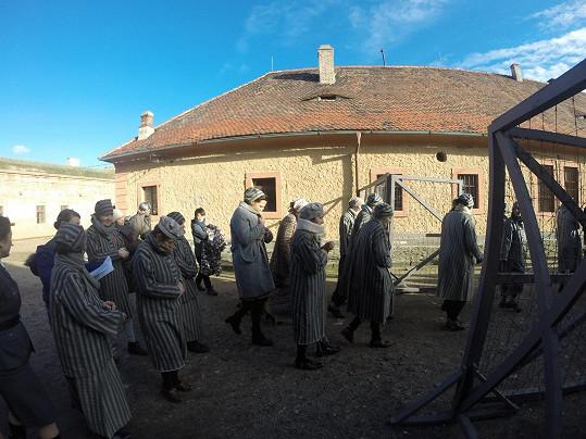 Katka v jedné ze scén natáčených v Terezíně