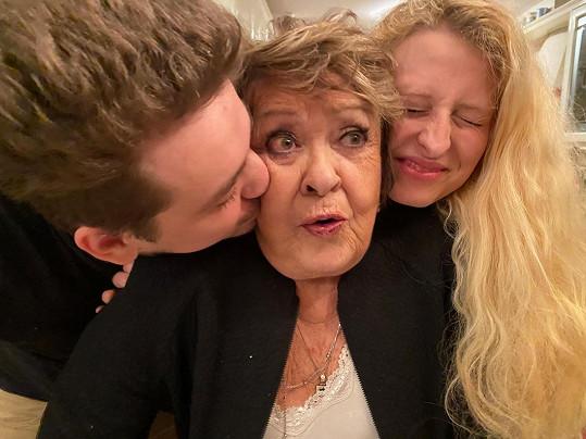 Jiřina Bohdalová s vnukem a jeho přítelkyní.
