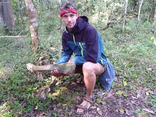 Pozůstatky soch v džungli