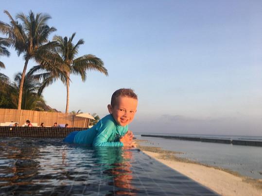 Nejmladší člen rodiny v bazénu.