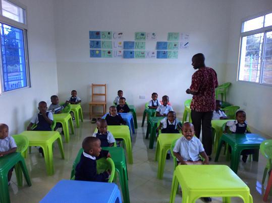 Tam pere, myje, prodává mléko, ale také učí děti matematice nebo angličtině.