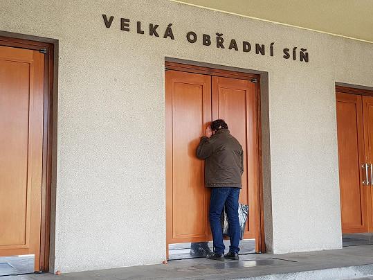 Proto se aspoň díval škvírou ve dveřích a pořád láteřil.