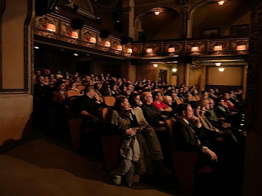 Foto sálu kina Lucerna během premiéry snímku Beyond Her Lens