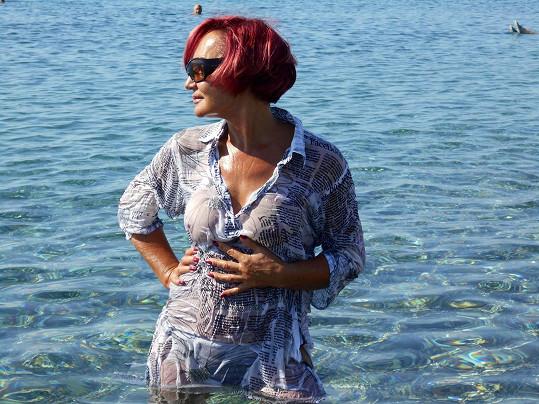Takhle to vypadá, když zpěvačka do vody vyrazí bez horního dílu plavek....