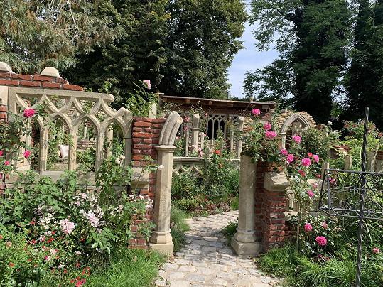 Růžový sad patří logicky do růžové části zahrady.