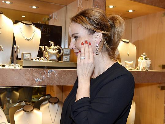 Šperky proto musí být nenápadné, jsou z bílého zlata zdobené diamanty. Prsten a náušnice stojí dohromady 138 tisíc.