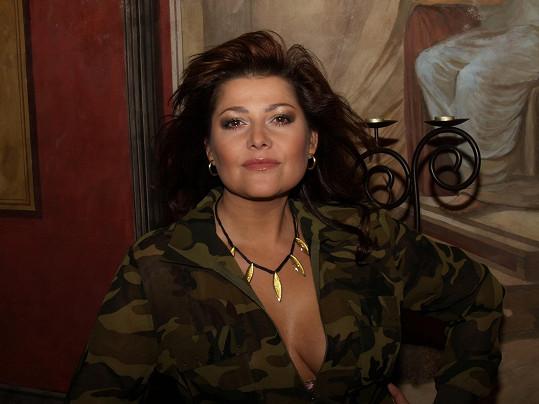 Ilona Csáková patřila svého času k nejvíce sexy českým zpěvačkám a nebála se ukazovat dekolt.