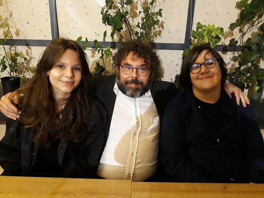 Milující táta s dcerou Karolinou a synem Oldřichem na večírku po premiéře thrilleru