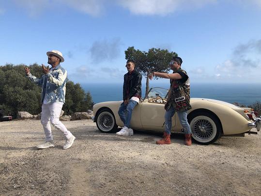 V klipu zpívají s Mikolasem i americký zpěvák Frankie J a panamsko-kanadský zpěvák Fito Blanko.