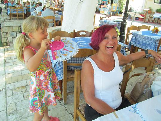 Když bylo horko, nechala se ovívat dcerou kamarádky...