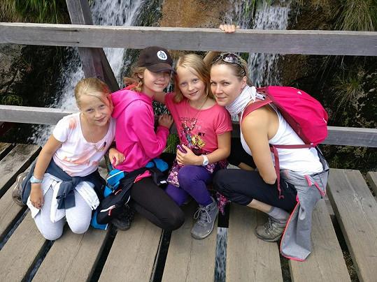Tohle jsou všechny ženy Lukáše Konečného: manželka Jarka, dcery Andulka a dvojčata Jaromíra a Barborka.