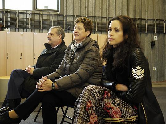 Modelka na premiéře představení se svými rodiči