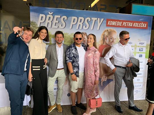 Zpěvák Ezy Hýbl (druhý zprava) dostal roli ve filmu Petra Kolečka (vlevo), který se proslavil seriálem Most! a vztahem s modelkou Anetou Vignerovou.