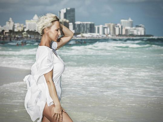 Belohorcová žije na pláži na Miami.