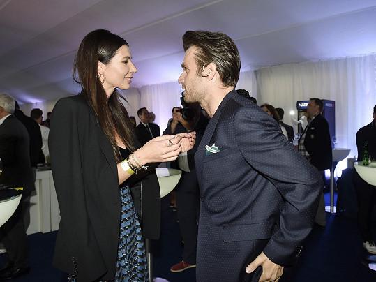V pauze mezi moderováním přišel Leoš svou přítelkyni pozdravit do VIP stanu.