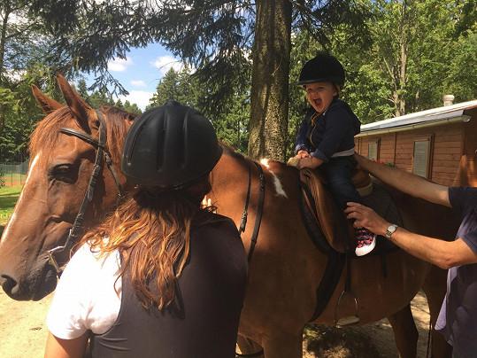 Malý Adrian seděl poprvé v životě na koni.