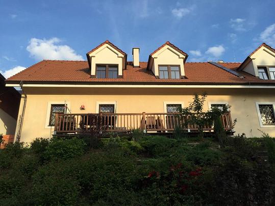 Moravské útočiště Petra Jandy a jeho rodiny. Zemědělské stavení na úplné samotě uprostřed valašských hvozdů před lety zrekonstruoval a teď zde provozuje penzion.