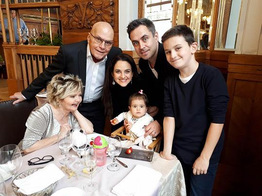 Eva Hrušková a Jan Přeučil s rodinkou, synem Zdeňkem, jeho ženou Libuškou a dětmi.
