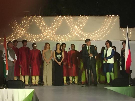 Míša zpívala na recepci na české ambasádě v Dillí, kterou pořádal velvyslanec Milan Hovorka.
