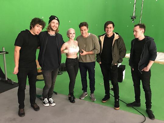 Během natáčení klipu k písni Burn It Down s Katie a kapelou Perutě.