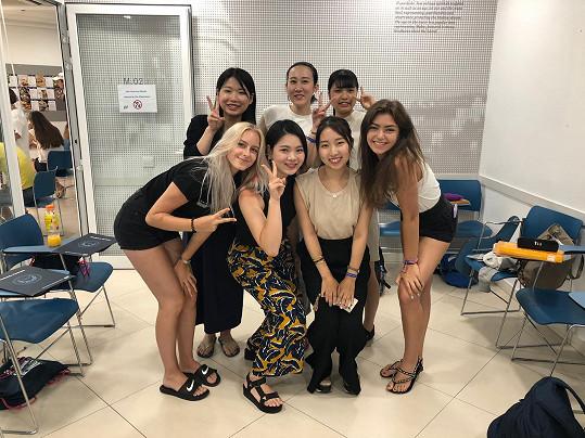 Zpěvačka se svými japonskými spolužačkami
