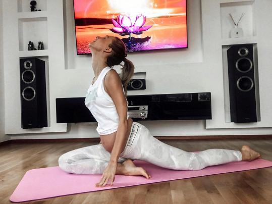 Doma praktikuje těhotenskou jógu.