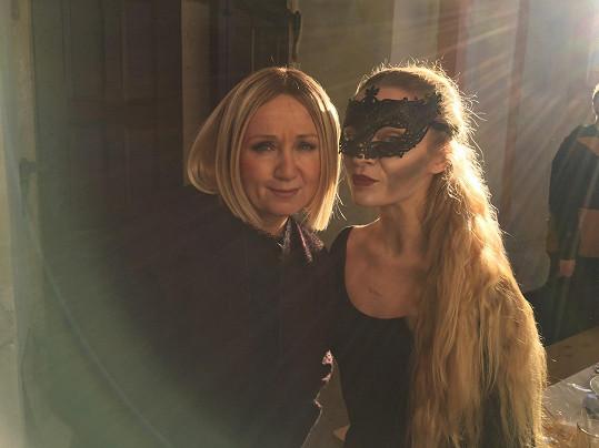 Bára s Petrovou přítelkyní Markétou Šandovou, která v klipu také účinkuje.
