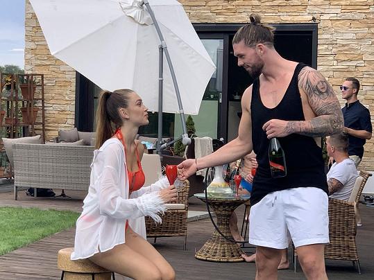 Matyáš Hložek při natáčení videoklipu k nové písni Mayday s bývalou Miss Czech Republic Denisou Spergerovou