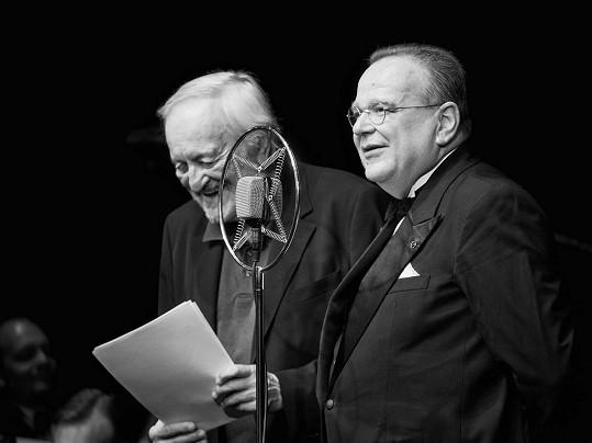 Milan Lasica a kapelník orchestru Bratislava Hot Serenaders Juraj Bartoš. Herec na pódiu vtipkoval na konto kapely i sebe samého.