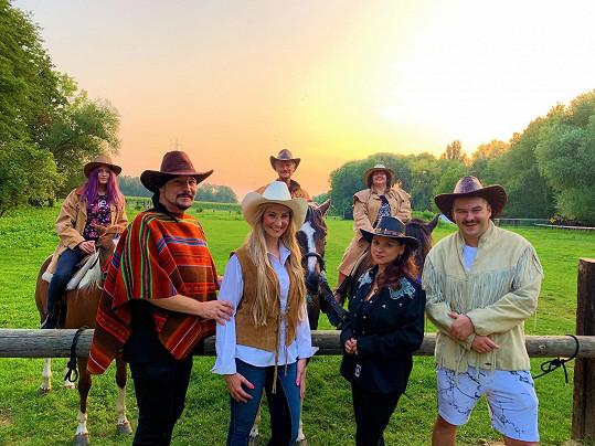 Své 46. narozeniny oslavil zpěvák s kamarády na ranči.