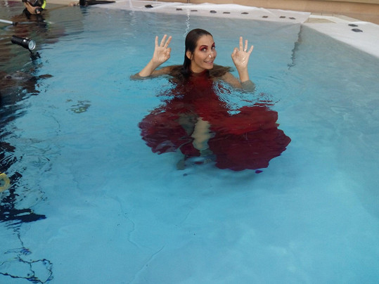 Vodu miluje, ale pod hladinou fotila poprvé.
