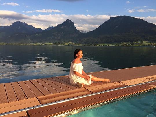 Relaxující Gábina u jezera Wolfgangsee...