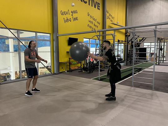 Házení gymnastickým míčem není zrovna olympijská disciplína.
