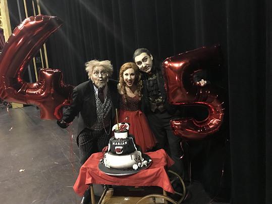 Den po koncertě byl Marian hrabětem Krolockem v Plesu upírů a kolegové mu připravili narozeninové překvapení.
