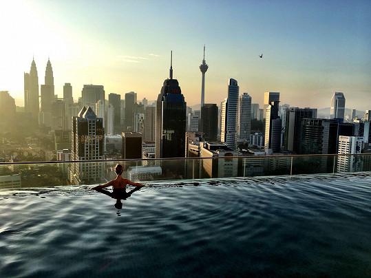 Takhle jí to sluší v bazénu na střeše mrakodrapu.