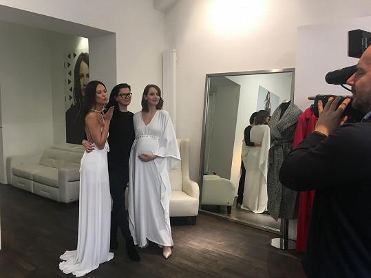 Gábina s Monikou Leovou zkoušely šaty u návrhářky Táni Kovaříkové.