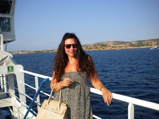 V přístavu Porto Cervo jí bylo chvilkami smutno po milované učitelce zpěvu.