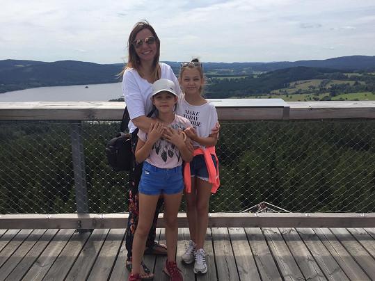 Manželka Petra s dcerami Noemi a Vivien (vpravo).
