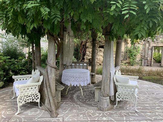 V nejbližší části domu je bílá zahrada, která působí velmi romanticky.