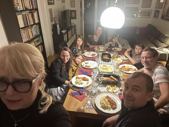 S celou rodinou během večeře na Štědrý den o Vánocích roku 2020
