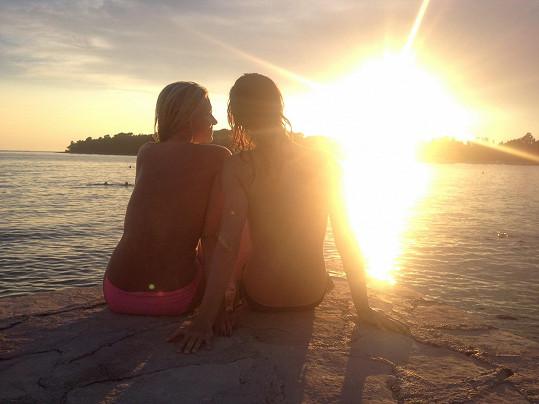 Západy slunce jsou u moře krásné.