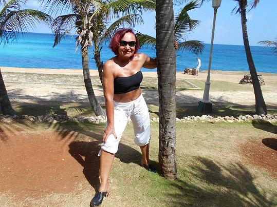 Na dovolené v teple zpěvačka chytala bronz a prý taky hodně trsala.