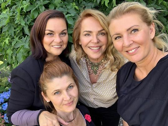 Fotografka Lucie Drlíková (vpravo) se svým týmem a paní Dagmar