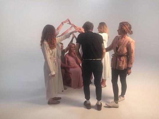 Tamara Klusová při natáčení podpůrného videa (úplně vpravo)