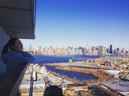 Herečka se kochá výhledem na Manhattan.