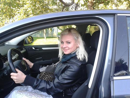 Spokojená Ivanna ve svém prvním autě